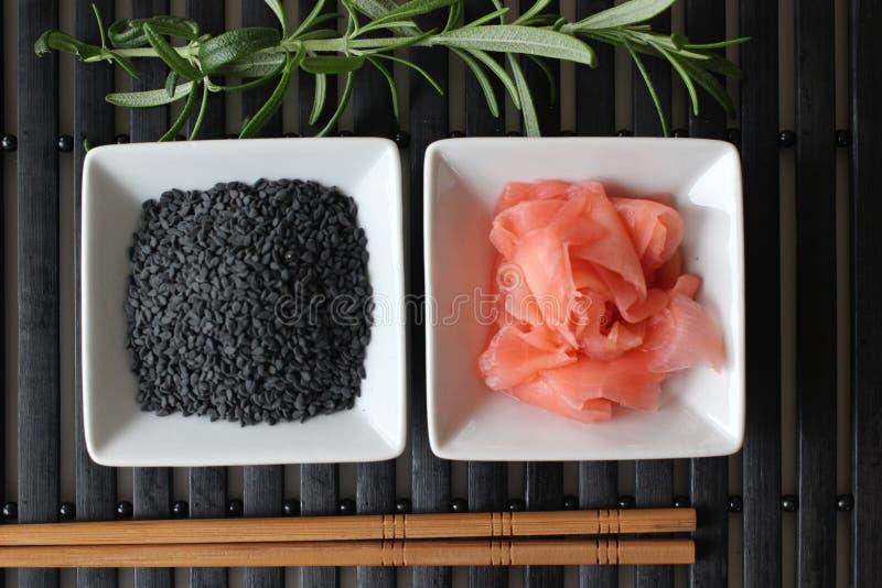 Preparando o sushi, preparando o alimento japonês, fazendo o sushi, fazendo o alimento japonês, imagens de stock