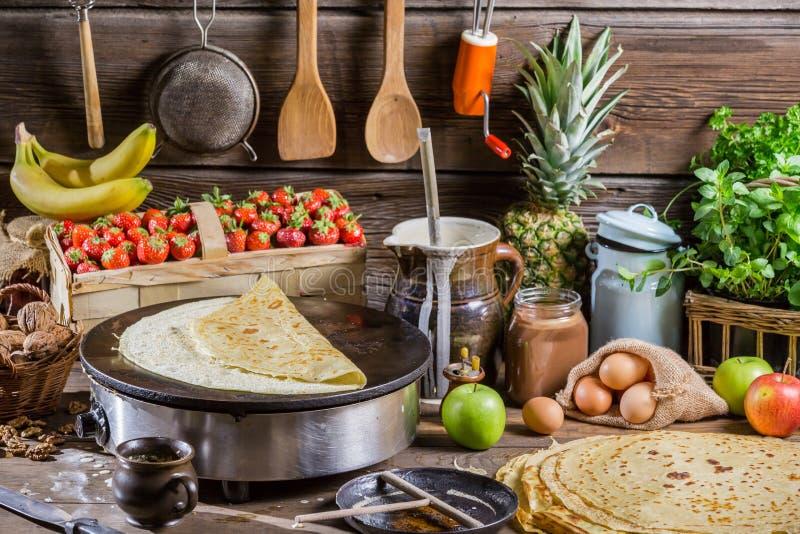 Preparando per i pancake con frutta e cioccolato immagine stock