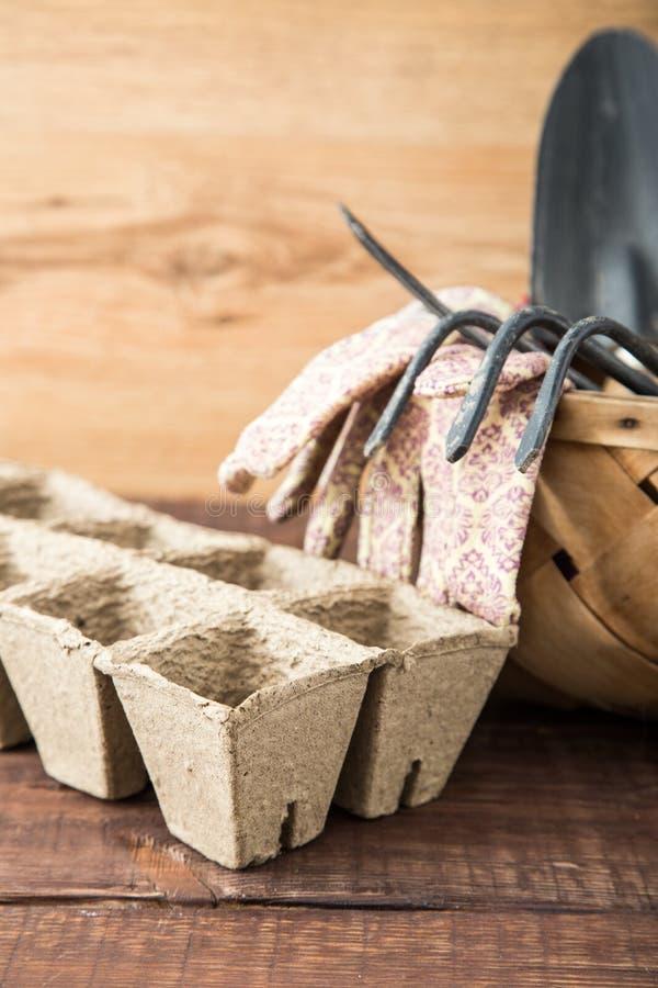 Preparando per il lavoro della molla, piantine Semi, vasi di torba, garde fotografie stock