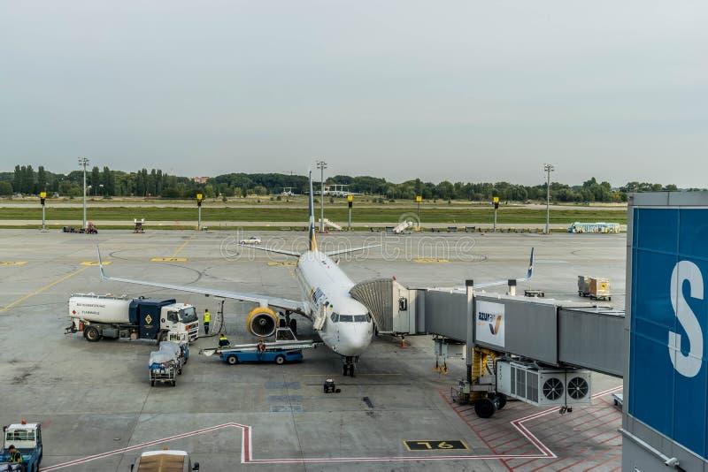 Preparando per il volo degli aerei Boeing 737-900 ER fotografia stock libera da diritti
