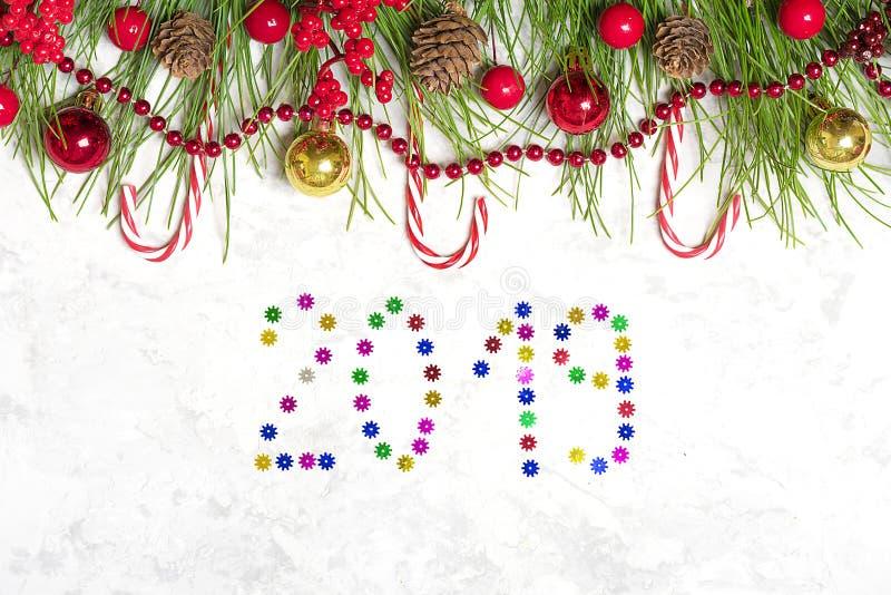Preparando per la festa, scopi per il nuovo anno Nuovo anno felice Rami di albero di Decorazione-Natale, ghirlande, palla, pigna, fotografia stock