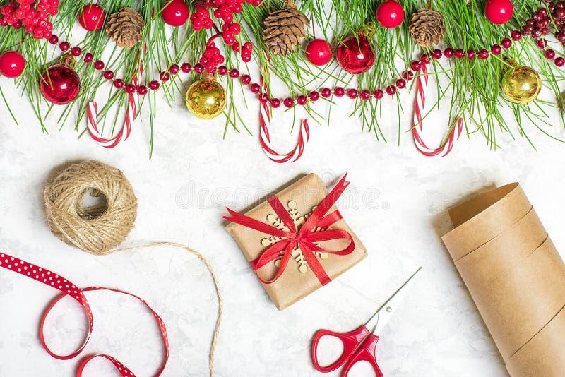 Preparando per la festa, scopi per il nuovo anno Nuovo anno felice Rami di albero di Decorazione-Natale, ghirlande, palla, pigna, immagini stock