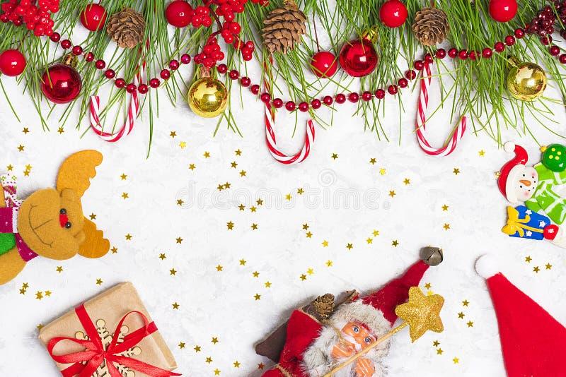 Preparando per la festa, scopi per il nuovo anno Nuovo anno felice Rami di albero di Decorazione-Natale, ghirlande, palla, pigna, fotografie stock