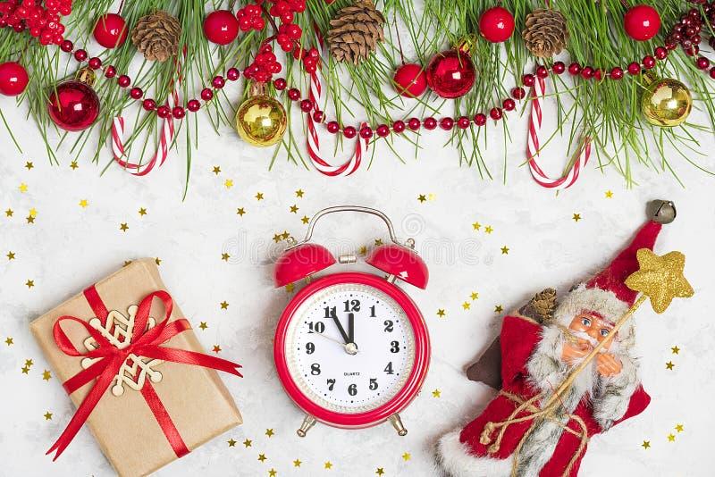 Preparando per la festa, scopi per il nuovo anno Nuovo anno felice Rami di albero di Decorazione-Natale, ghirlande, palla, pigna, immagine stock