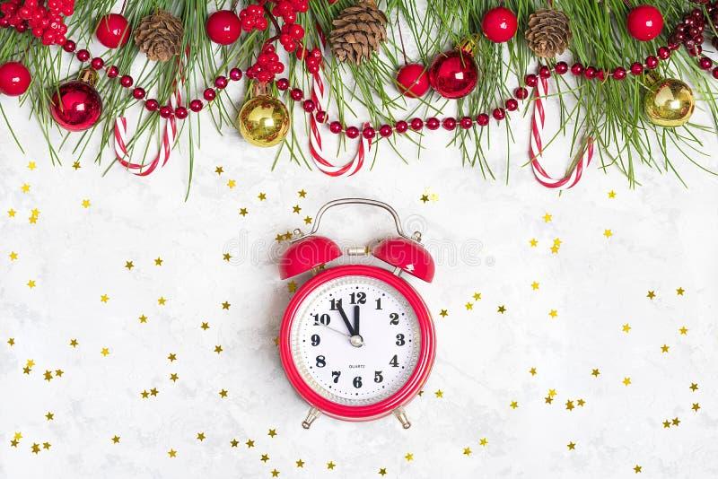 Preparando per la festa, scopi per il nuovo anno Nuovo anno felice Rami di albero di Decorazione-Natale, ghirlande, palla, pigna, immagini stock libere da diritti