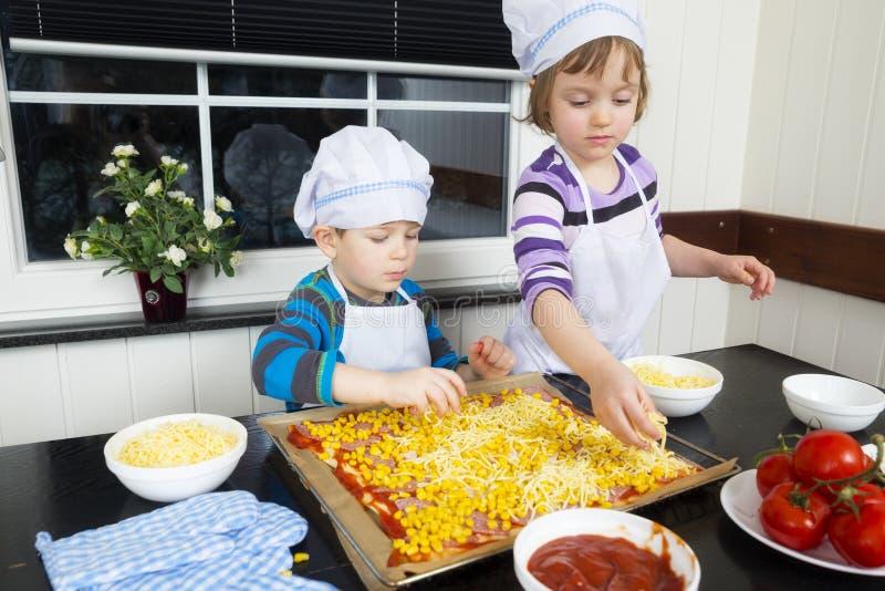 Preparando a pizza foto de stock royalty free