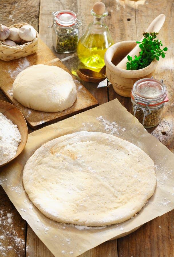 Download Preparando a pizza caseiro imagem de stock. Imagem de dieta - 26502415