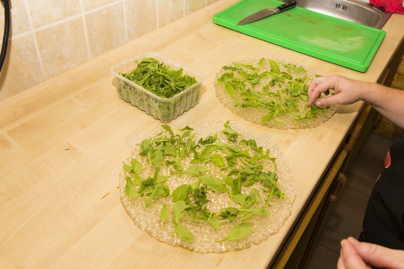 Preparando placas do reboque da salada foto de stock royalty free