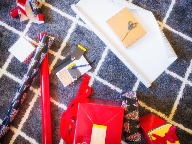 Preparando presentes para a época natalícia, em casa Natal Vista superior fotografia de stock