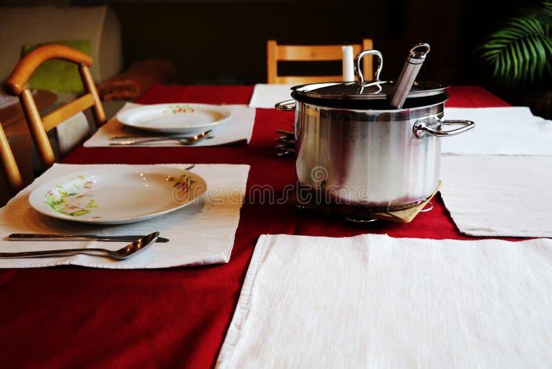 Preparando a sala de visitas para um jantar formal fotografia de stock