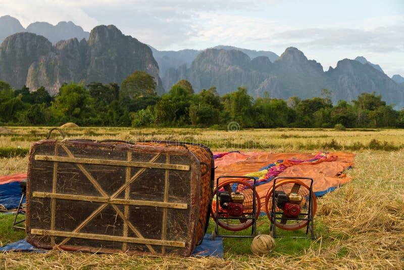 Preparando-se para o voo no balão de ar quente em Laos, Vang Vieng foto de stock