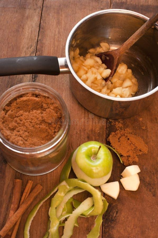 Preparando um molho de maçã saboroso em casa fotografia de stock