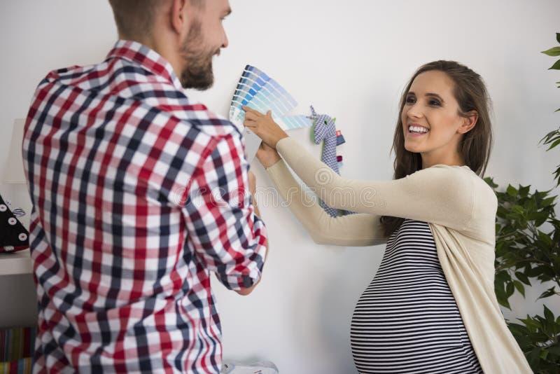 Preparando un cuarto al nacimiento un niño fotografía de archivo