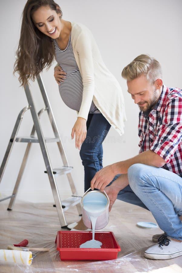 Preparando una stanza alla nascita un bambino immagine stock