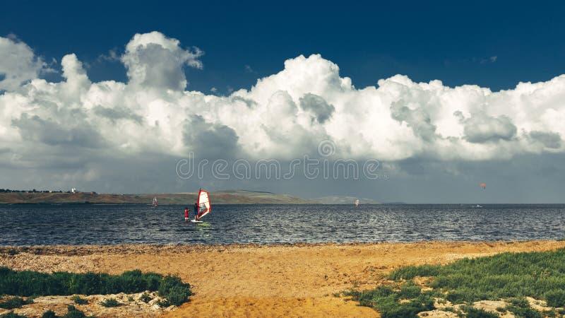 Preparandosi nel concetto praticante il surfing di vacanza di vacanza estiva di lezioni di windsurf immagine stock libera da diritti