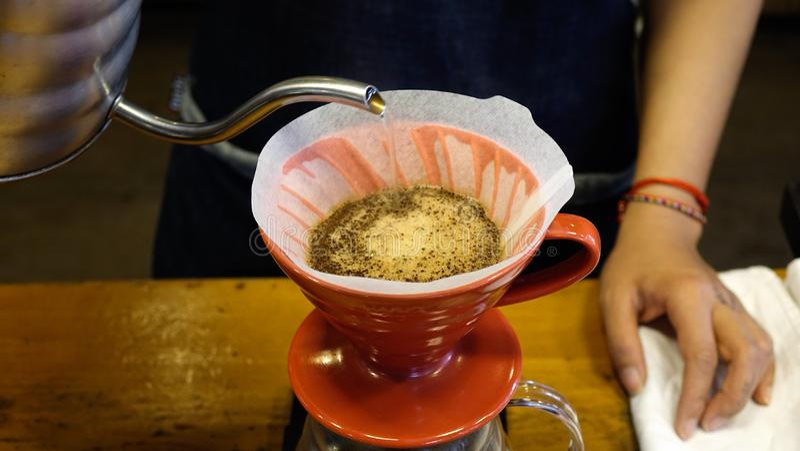 Preparar el café en una cafetería de la especialidad imágenes de archivo libres de regalías