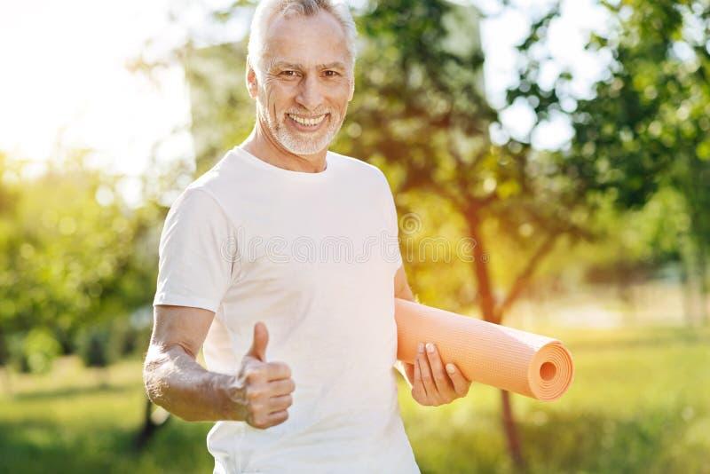 Preparar-se de sorriso envelhecido positivo para exercícios do esporte fotos de stock royalty free