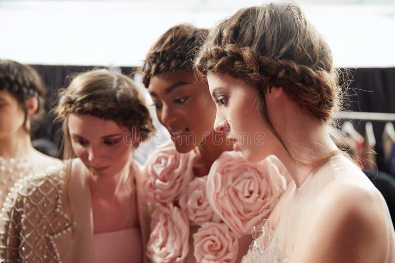 Preparar-se dos modelos de bastidores no desfile de moda da vida de New York durante a queda 2015 de MBFW fotografia de stock