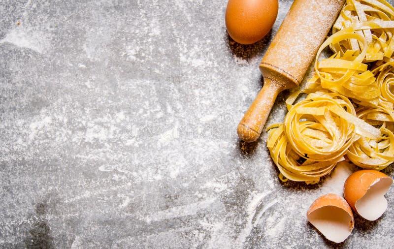 Preparated torr pasta med en kavel och ägg royaltyfria bilder