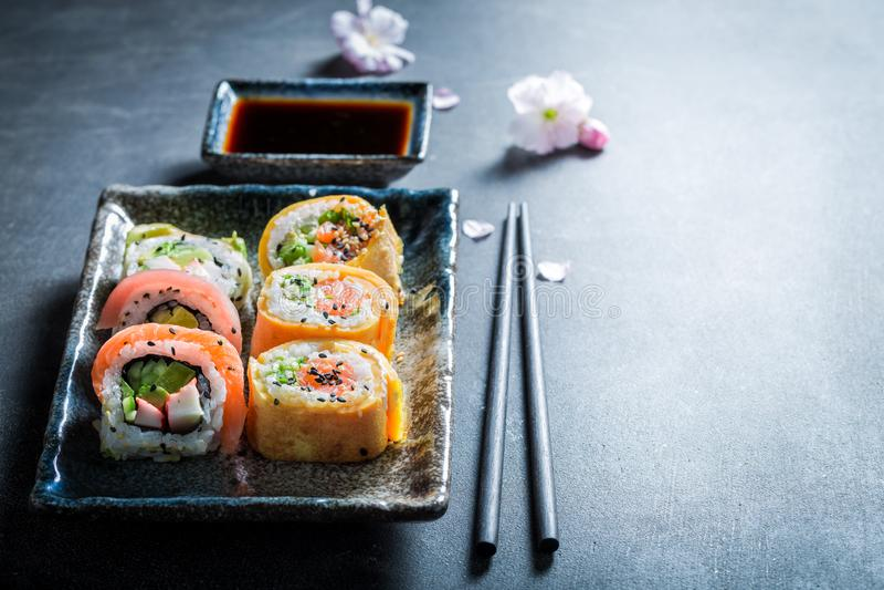 Preparato dei sushi con le verdure ed i frutti di mare sulla tavola concreta immagini stock