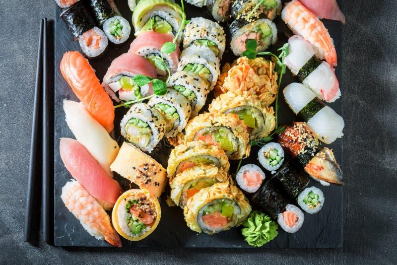 Preparato dei sushi fatto del salmone e dell'avocado sulla tavola concreta immagine stock libera da diritti