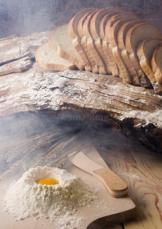 Preparato del pane in fumo fotografia stock