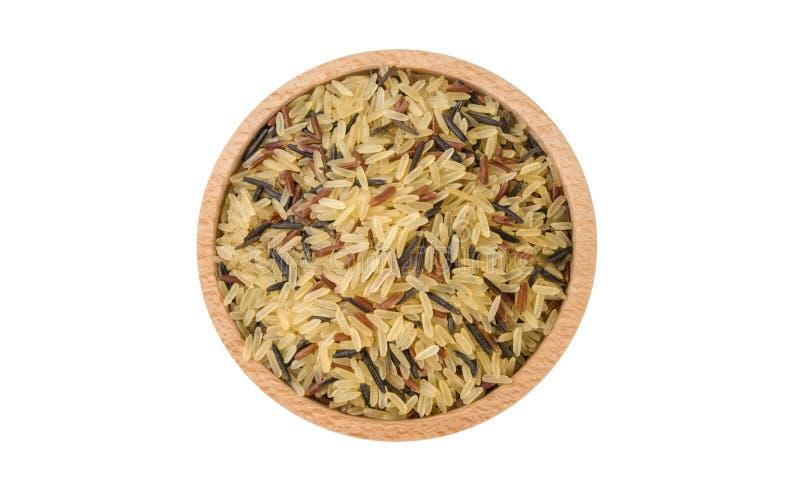 Preparato del riso in ciotola di legno isolata su fondo bianco nutrizione Ingrediente di alimento variet? di zizzania scottata, r fotografia stock