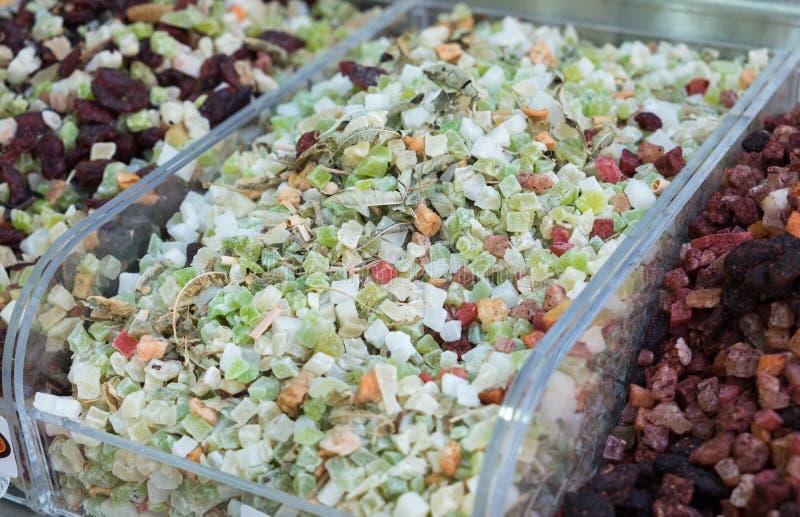 Preparato del tè di ghiaccio di frutti - miscela secca tagliata di frutti fotografia stock
