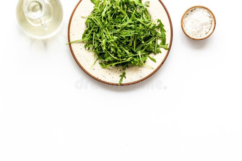 Preparato dell'insalata verde sul piatto con sale per alimento sano su derisione bianca di vista superiore del fondo su immagini stock