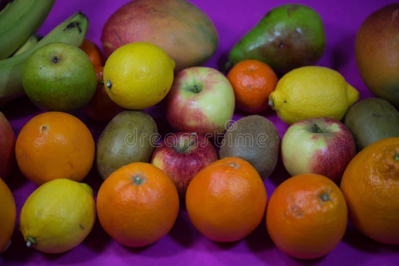Preparato della frutta, frutta mista su fondo rosa fotografia stock
