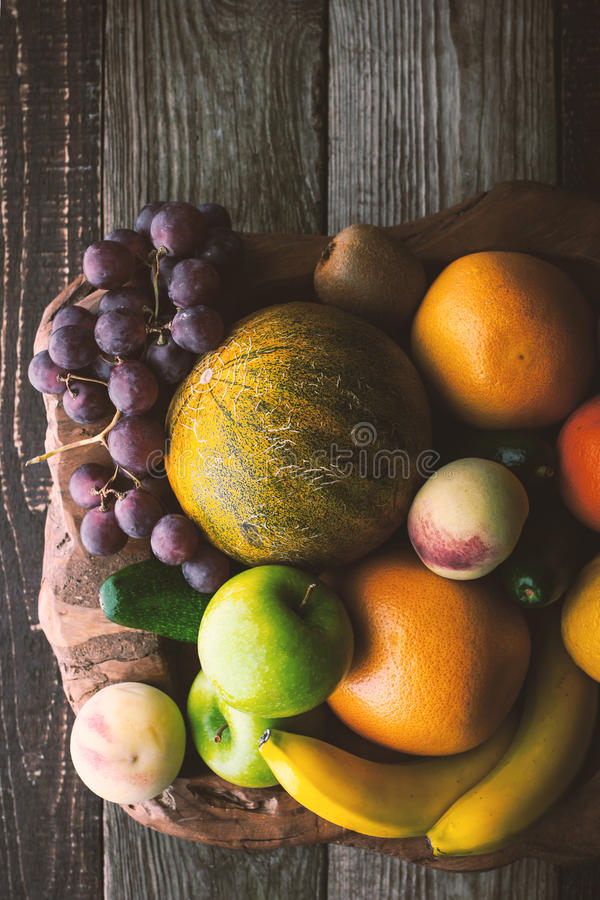 Preparato della frutta sul verticale di legno di vista superiore della ciotola fotografia stock