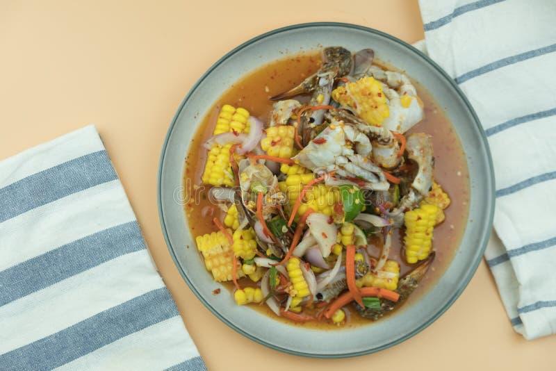 Preparato piccante blu fresco crudo dell'insalata del granchio di nuoto con cereale fotografia stock libera da diritti