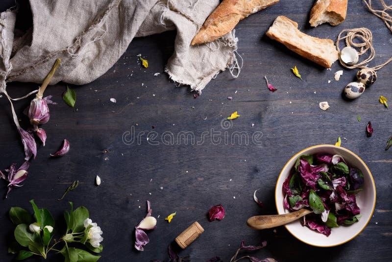 Preparato porpora sano dell'insalata con pane francese fresco sopra la tavola di legno rustica, da sopra Disposizione del fondo c immagine stock