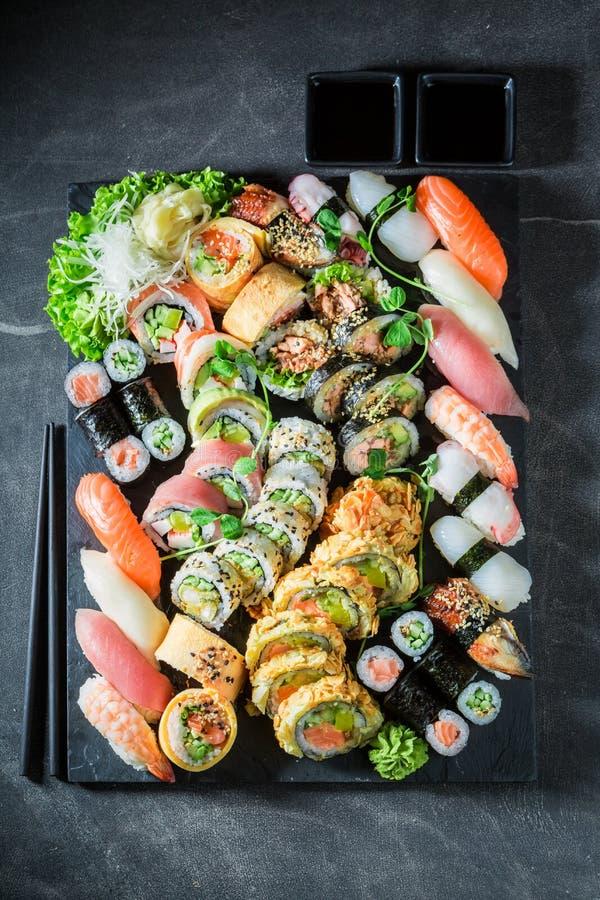 Preparato sano dei sushi con i gamberetti ed il riso sulla tavola concreta immagine stock