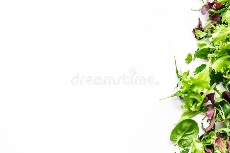 Preparato verde e rosso dell'insalata per alimento sano su derisione bianca di vista superiore del fondo su fotografia stock