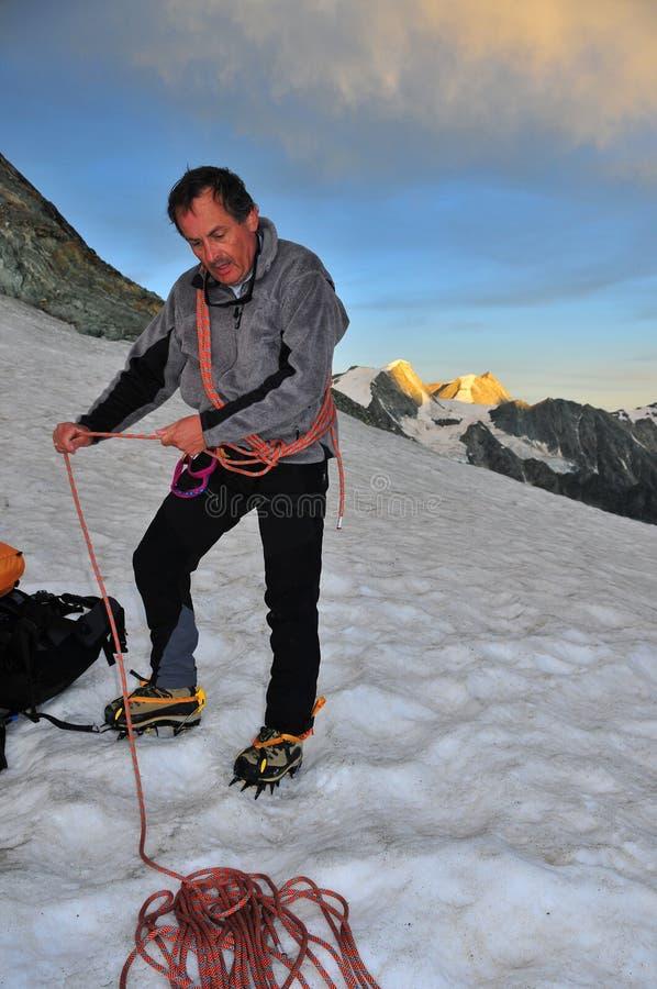 Preparazione andare sul ghiacciaio all'alba fotografie stock libere da diritti