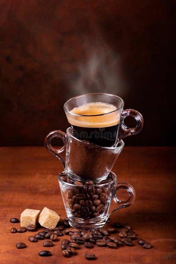 Preparazione animata del caffè in sequenza verticale, dal fagiolo alla tazza fotografia stock