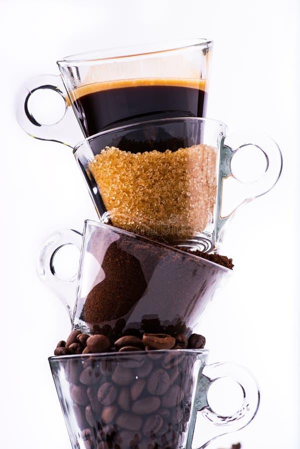 Preparazione animata del caffè in sequenza verticale, dal fagiolo alla tazza fotografie stock