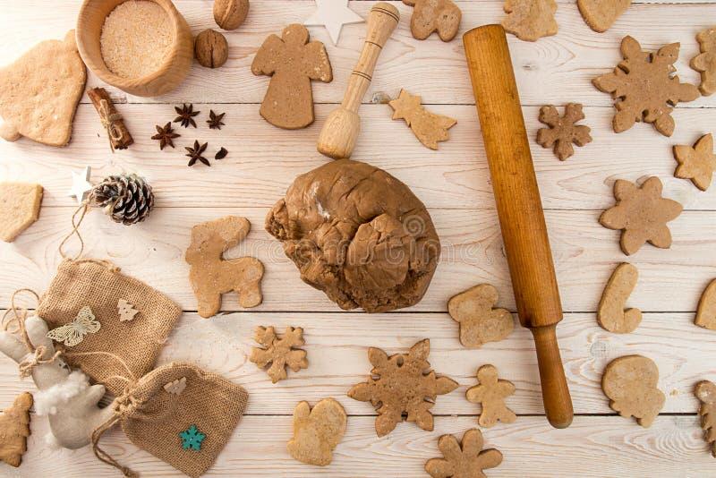 Preparazione che produce il pan di zenzero tradizionale co del nuovo anno di Natale fotografie stock libere da diritti