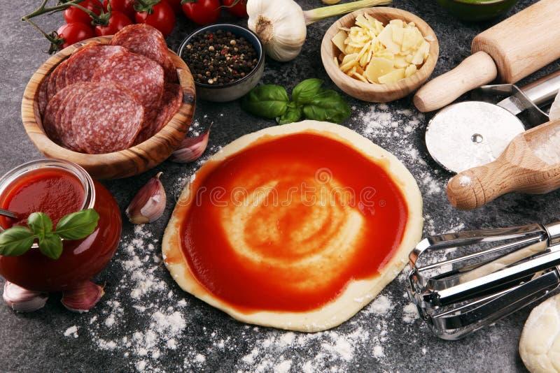 Preparazione cruda italiana originale fresca della pizza con ingredie fresco fotografia stock