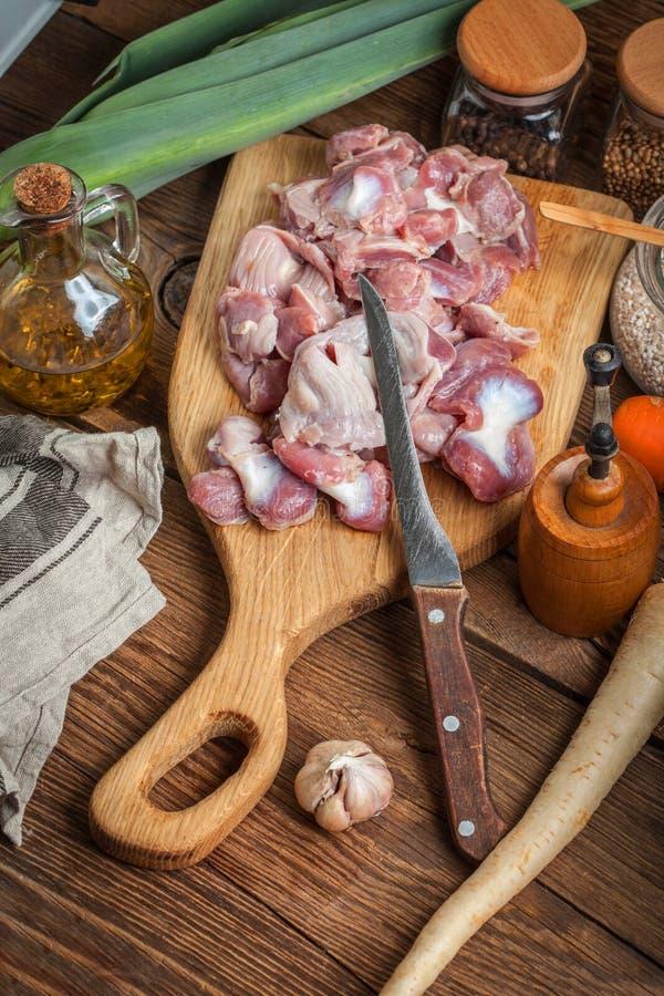 Preparazione cucinare lo stomaco crudo del pollo fotografia stock