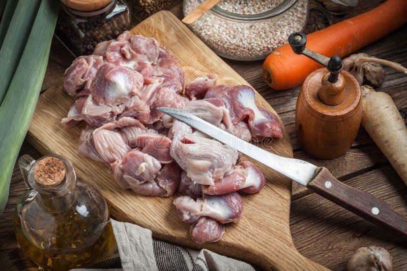 Preparazione cucinare lo stomaco crudo del pollo immagini stock