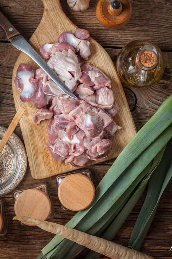 Preparazione cucinare lo stomaco crudo del pollo fotografia stock libera da diritti