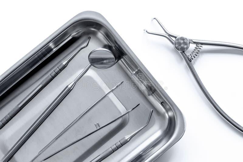 Preparazione degli strumenti dentari prima di lavoro immagini stock libere da diritti
