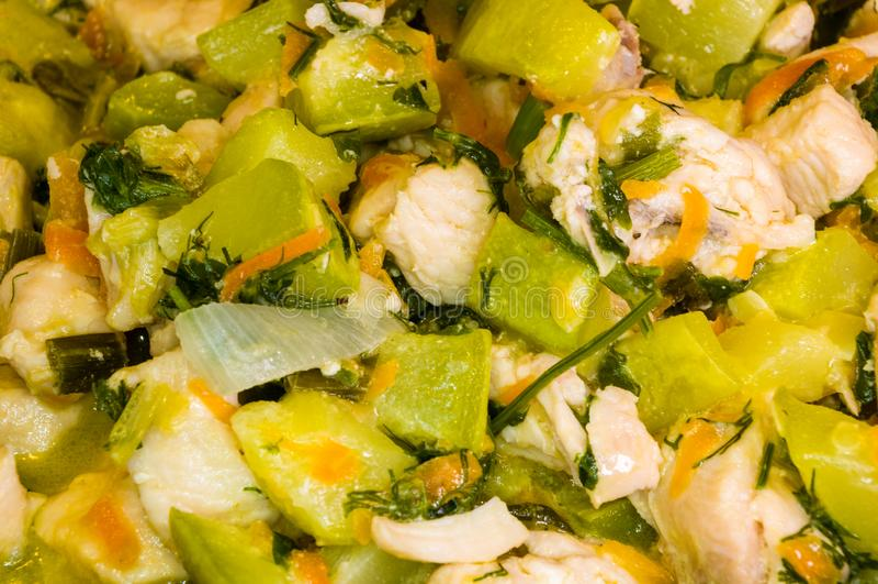 Preparazione dei piatti domestici di dieta di carne di pollo bianca con lo zucchini, le carote, le cipolle e le spezie, primo pia fotografia stock