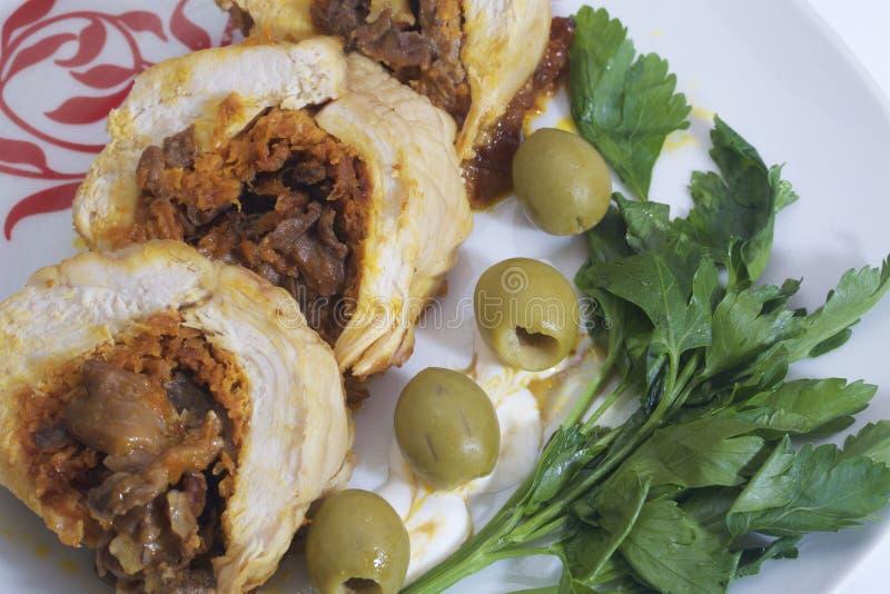Preparazione dei polpettoni tritati Come uovo sodo di riempimento Le fette del rotolo finito sono su un piatto con le olive ed i  fotografie stock