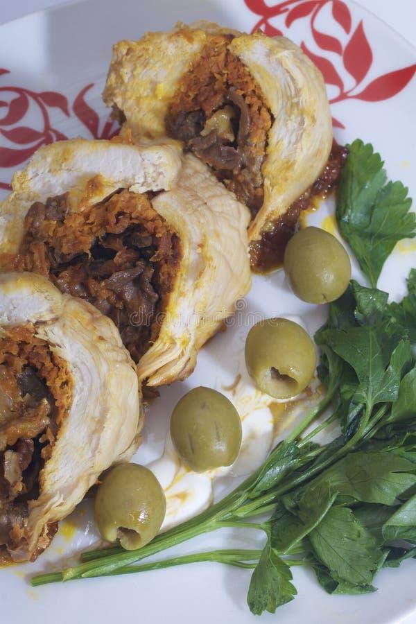 Preparazione dei polpettoni tritati Come uovo sodo di riempimento Le fette del rotolo finito sono su un piatto con le olive ed i  fotografia stock libera da diritti