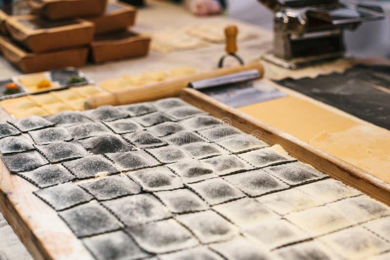 Preparazione dei ravioli italiani del piatto Ciò è pasta da pasta con differenti materiali da otturazione Un analogo dei ravioli  fotografia stock
