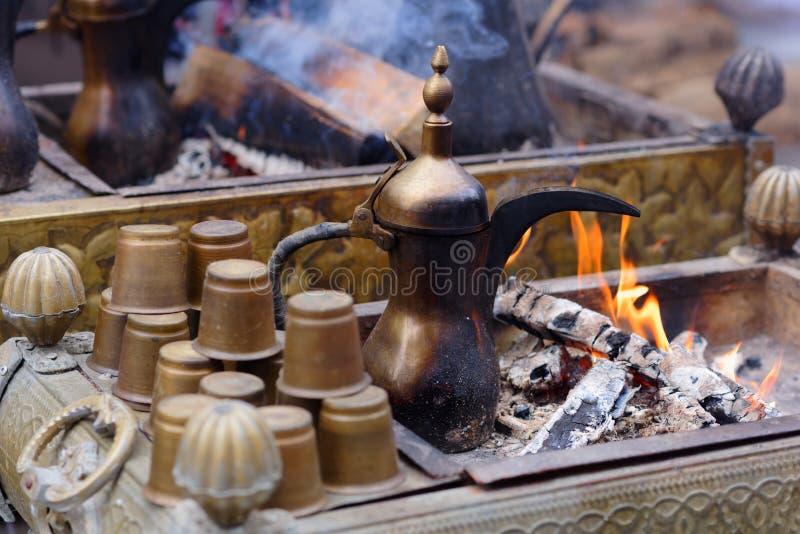 Preparazione del caffè orientale nel dallah fotografia stock
