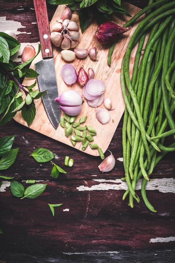 Preparazione dell'alimento con basilico tailandese, aglio, cipolla, fagiolo lungo immagine stock